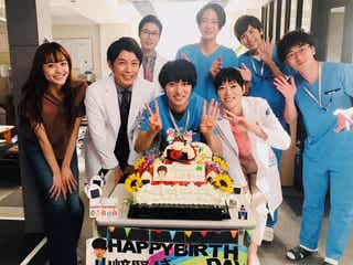 """山崎賢人の誕生日を「グッド・ドクター」キャストで祝福 バースデーケーキの""""大好物""""にも注目集まる"""