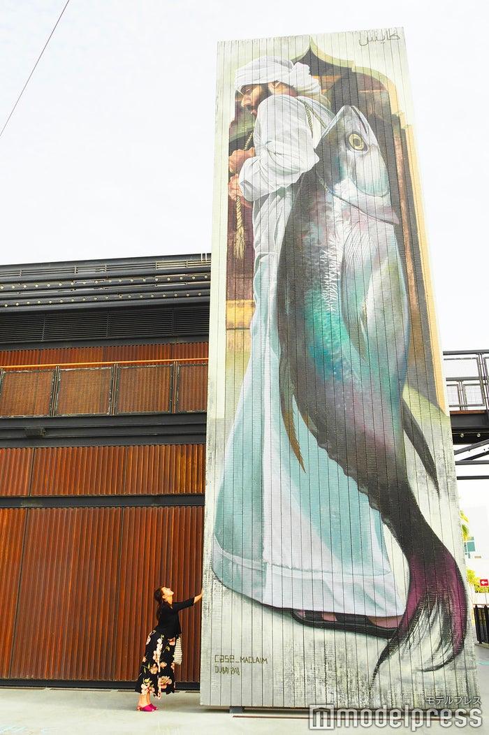 大きな壁一面に漁師が描かれた魚(C)モデルプレス