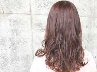 フェミニンな髪色でモテを目指す!ピンクアッシュでつくるスウィートヘア