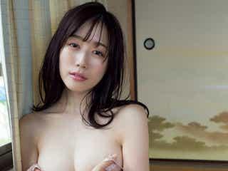 """話題のコンパニオン・小湊優香、""""手ブラ""""ショットで悩殺"""