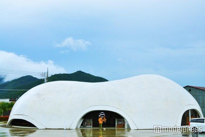 国道に突如あらわれる、真っ白な繭型のドーム(C)モデルプレス