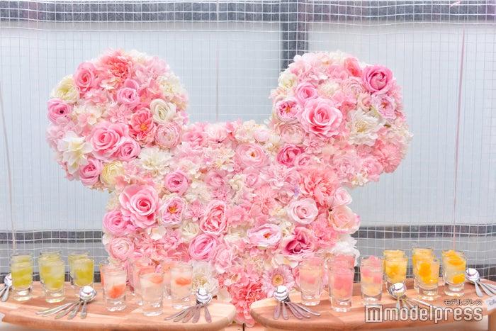 白~ピンクの花で作られたリースが華やか(C)モデルプレス
