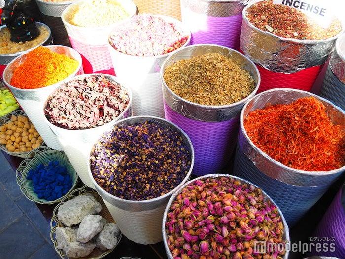 ドバイのスパイススークで売られている、色とりどりの香辛料(C)モデルプレス