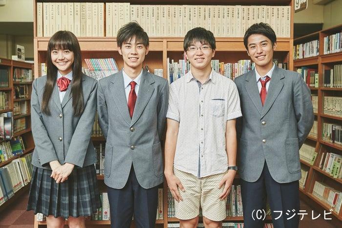 (左から)松井愛莉、戸塚純貴、佐藤孝樹監督、堀井新太(C)フジテレビ