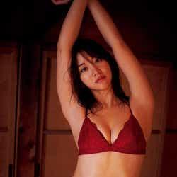 モデルプレス - 永尾まりや、セクシーランジェリーで美くびれ披露
