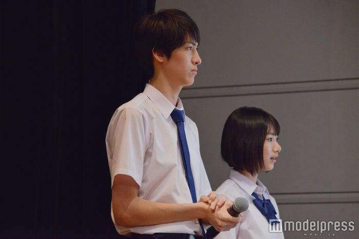 (左から)古川毅、池間夏海/リトグリのパフォーマンスに真剣な眼差しの古川 (C)モデルプレス
