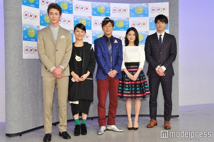 左から:宮沢氷魚、福田彩乃、陣内智則、川島海荷、渡部秀(C)モデルプレス