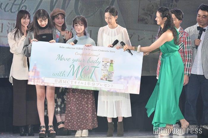 浦浜アリサが受賞者へ目録を贈呈 (C)モデルプレス