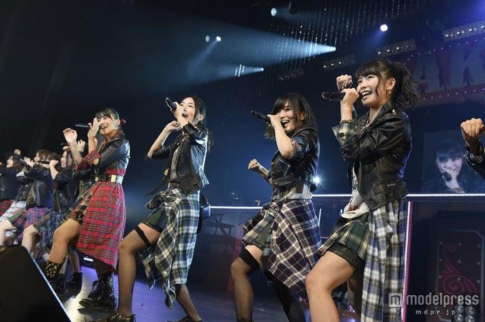 AKB48として初の全国ツアーに参加した山本彩(写真右から2番目)/(C)AKS