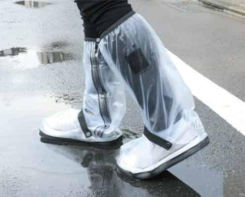 いつもの靴が一瞬で長靴に変身!靴の上から履くだけで雨を防ぐシューズカバーなら、突然の雨や台風も安心