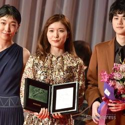 (左から)安藤サクラ、松岡茉優、鈴鹿央士(C)モデルプレス