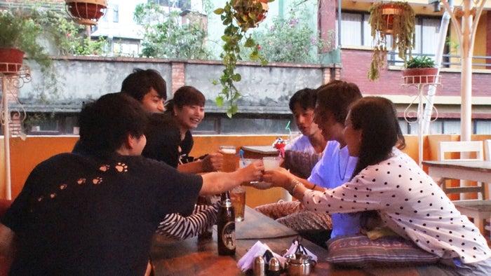 英クンの歓迎会のはずが…「あいのり:Asian Journey」シーズン2第6話より(C)フジテレビ