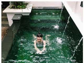 松田翔太&秋元梢夫妻「新婚旅行?」と反響 バンコクのプールではしゃぐ姿公開