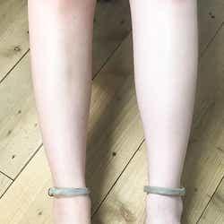 画像左・素足/画像右・「パラソーラ イルミスキン UVエッセンス」使用(C)モデルプレス