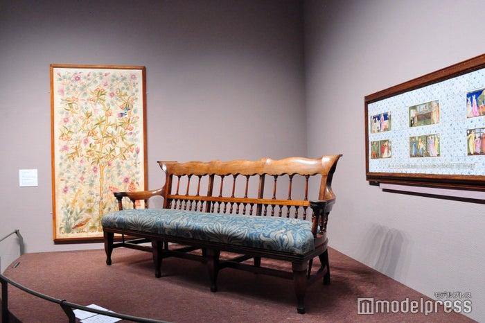 モリス・マーシャル・フォークナー商会(1875年以降はモリス商会)によるソファや刺繍(C)モデルプレス