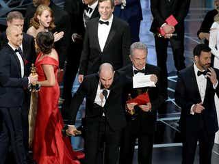 「ラ・ラ・ランド」エマ・ストーン困惑  第89回アカデミー賞 作品賞発表間違え、歴史的ミスでフィナーレ<全受賞結果>