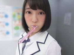 歯磨き中の堀未央奈(撮影/秋元真夏)(提供写真)