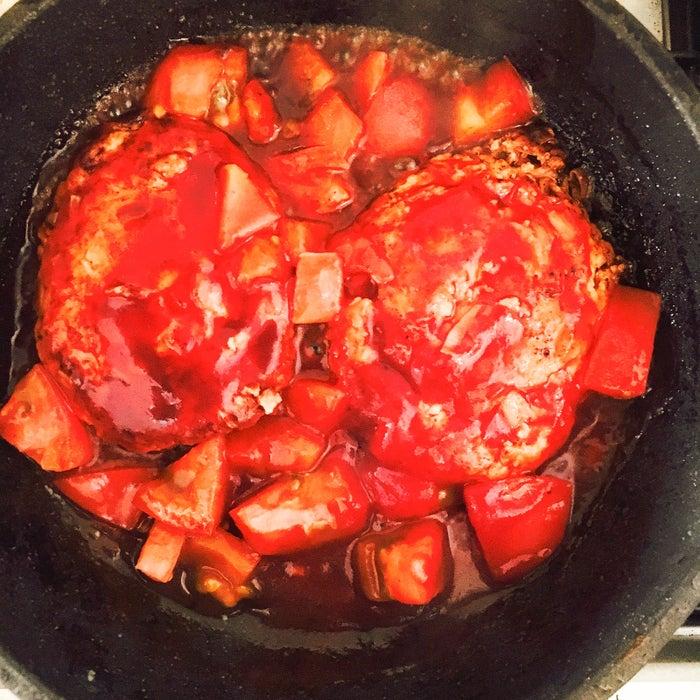 手順4:トマト、ケチャップ、ウスターソースを入れ弱火で2~3分煮る/画像提供:柏原歩