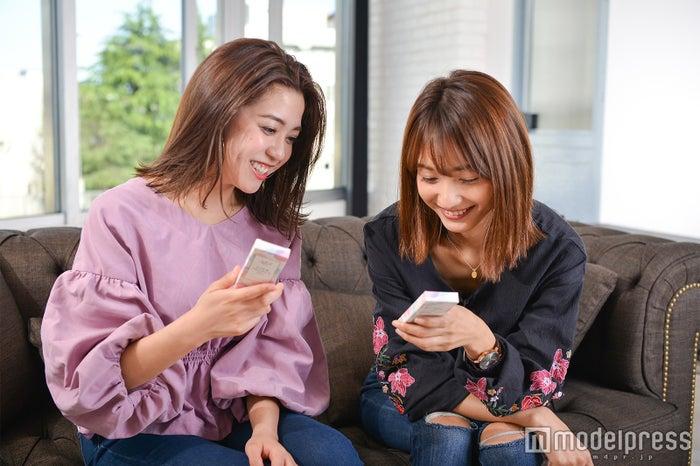 「ユーザーセレクト」のトークで盛り上がる2人(左から)伊郷レナ、安井レイ(C)モデルプレス