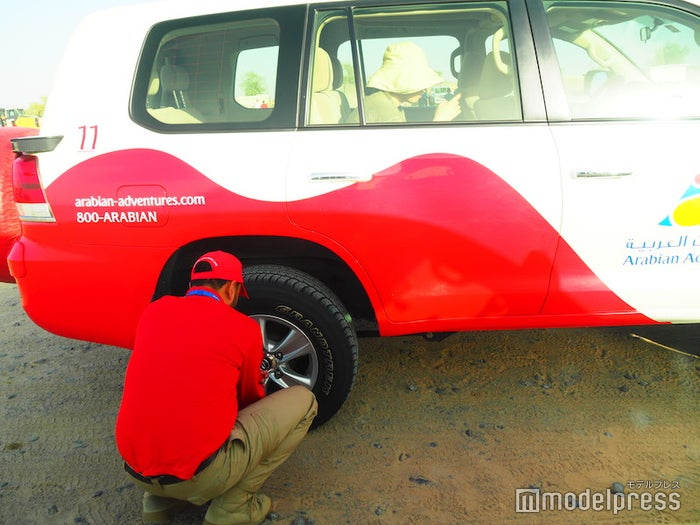 砂漠に入る前はタイヤの空気を少し抜いて、砂地を走れるように調整(C)モデルプレス
