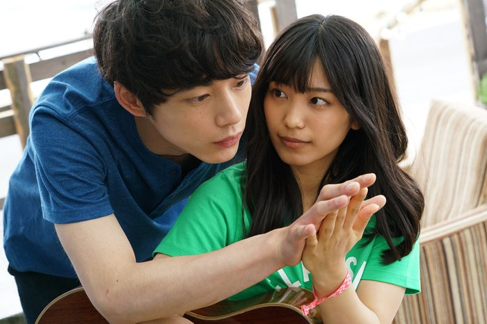 miwa&坂口健太郎、後ろから手合わせ…!(C)「君と100回目の恋」製作委員会