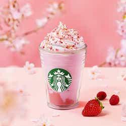 モデルプレス - スタバ「さくら咲いた ベリー フラペチーノ」甘酸っぱいいちご風味がUP、桜色の新作フラペ