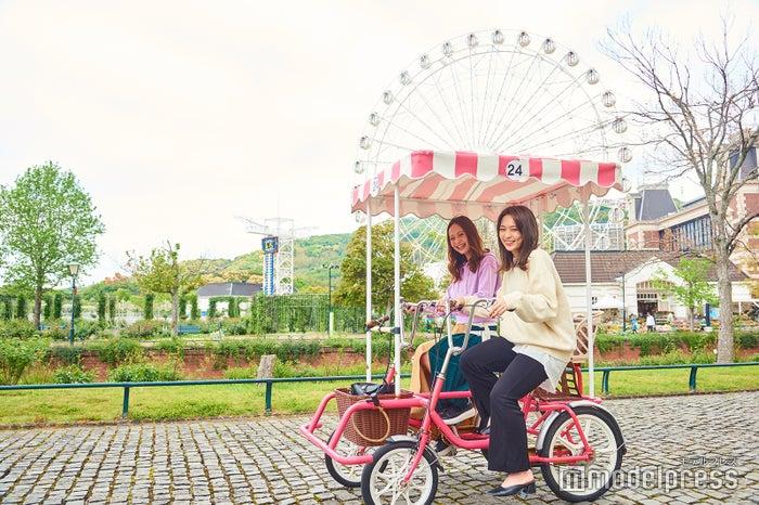 2人乗り自転車で仲良く場内サイクリング(C)モデルプレス