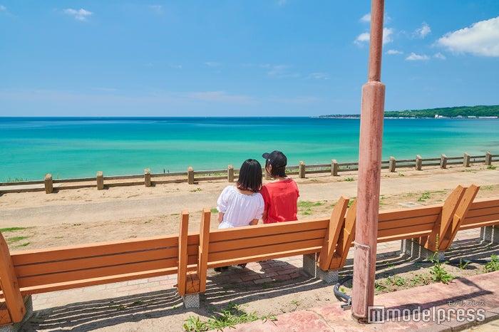 ベンチから綺麗な海を眺められる(C)モデルプレス