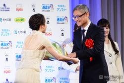 堤幸彦監督(右)に花束を贈呈する前田敦子(左)
