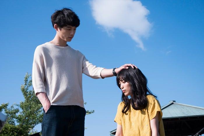 miwa&坂口健太郎、頭ポンポン…!(C)「君と100回目の恋」製作委員会