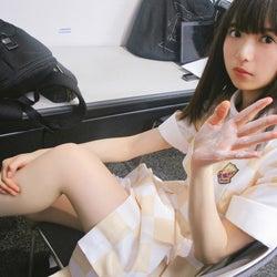 脚にボディクリームを塗って準備中の齋藤飛鳥(撮影/秋元真夏)(提供写真)