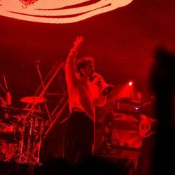 King Gnu、トップバッターで降臨 勢い止まらぬパフォーマンスに熱気渦巻く<バズリズム LIVE 2019>
