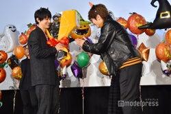 Nissy、吉沢亮に花束を贈る (C)モデルプレス