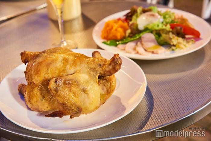 一羽丸鶏ローストチキン1羽2,400円、季節野菜のワンプレート(ホテル特製パン付)1,500円(税込)(C)モデルプレス