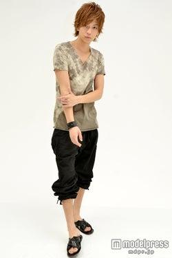 身長181cm、抜群のスタイルを誇る三浦翔平/衣装提供:カーディガン、Tシャツ、サンダル(goa)、カーゴパンツ(AIZ)