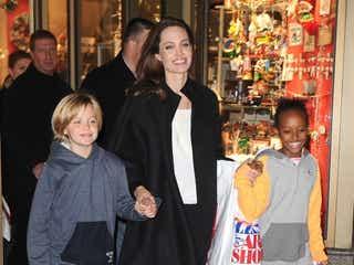 アンジェリーナ・ジョリー、娘2人とショッピング