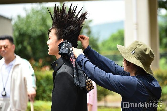 長時間のツンツン維持はヘアメイクの努力の賜物(C)モデルプレス