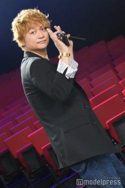 報道陣へも手を振って去っていく香取慎吾 (C)モデルプレス