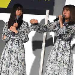 齋藤飛鳥、桜井玲香の言葉が刺さる様子を再現している秋元真夏 (C)モデルプレス