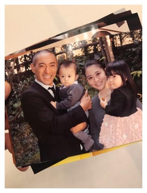 海老蔵がブログに乗せた家族写真(左から:海老蔵・勸玄くん・小林麻央さん・麗禾ちゃん)