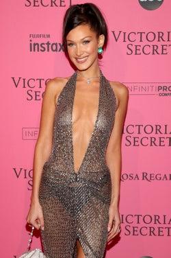 """ベラ・ハディッド、""""乳首見せ""""SEXYドレスで登場<ヴィクトリアズ・シークレット ファッションショー2018>"""