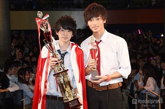 『関東高一ミスターコン2015』グランプリの猿渡涼くん(左)、準グランプリの池田翼くん(右)