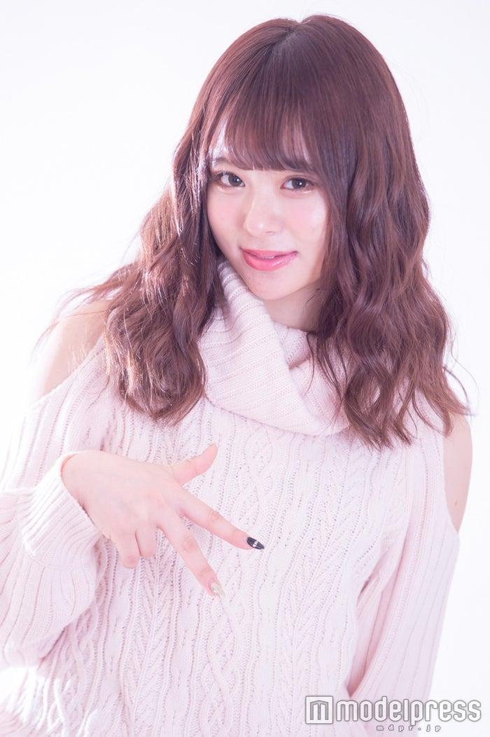 私服姿の佐藤麗奈がマジパンポーズ(C)モデルプレス