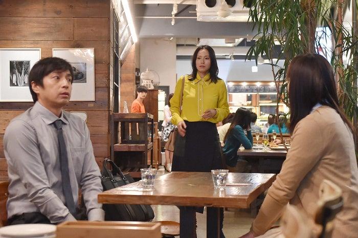 徳井義実、中谷美紀、平岩紙「私 結婚できないんじゃなくて、しないんです」第8話・場面カット(C)TBS