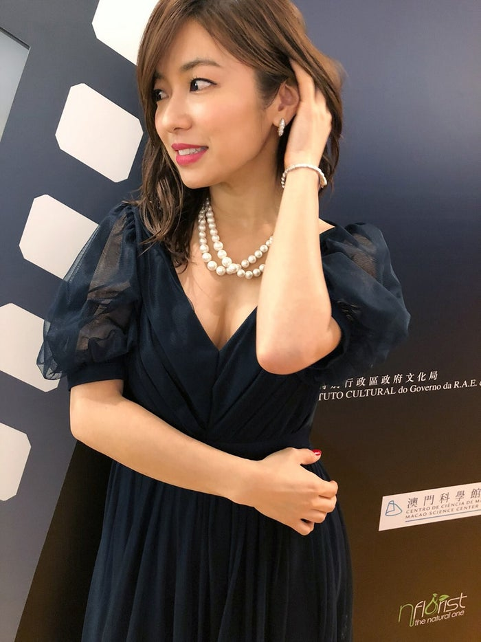内山理名、胸元ざっくりドレスで...