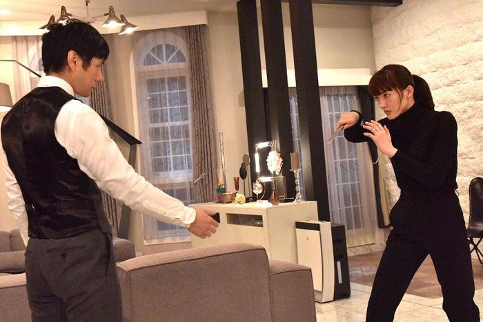 綾瀬はるか&西島秀俊のアクションシーン(C)日本テレビ