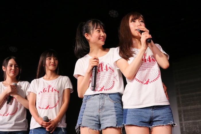 (右)宮島亜弥(C)AKS