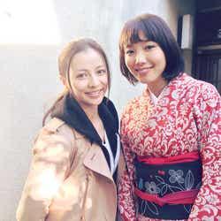 飯豊まりえ(右)と香里奈(左)の2ショット(画像提供:所属事務所)