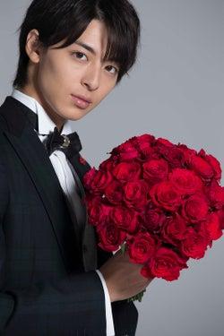 """""""新郎・高杉真宙""""タキシード×紅いバラが麗しい…理想の結婚式を語る"""