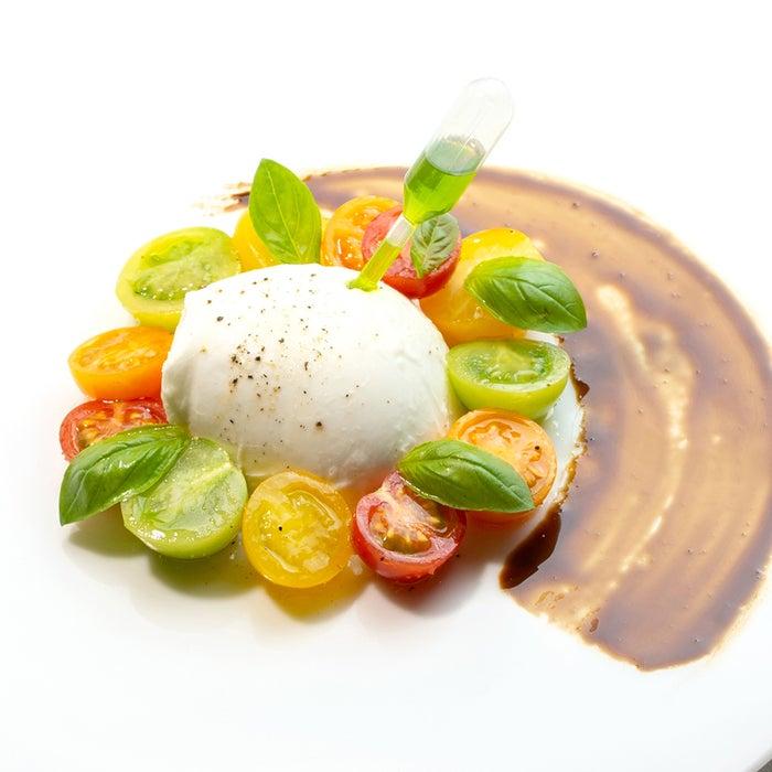 トマトと最高級水牛モッツァレラチーズのカプリ風サラダ/画像提供:イデア